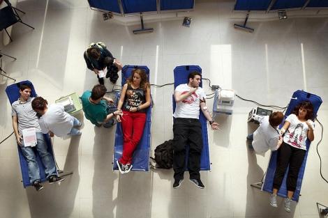 Cuatro jóvenes donan sangre en Málaga. | Antonio Pastor