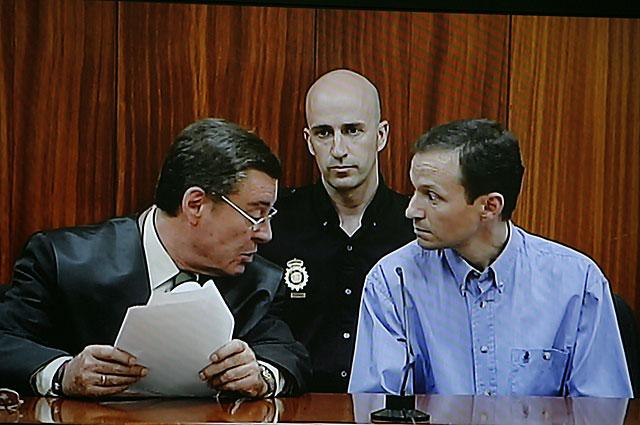 José Bretón habla con su abogado minutos antes de conocer el veredicto. | M. Cubero