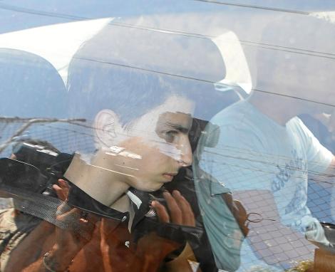 El joven detenido a su salida de la casa en la que mató a su padre. | J. Avellà