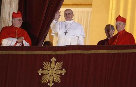 Jorge Bergoglio saluda tras su elección como Papa. | Foto: Andrea Solero/EFE