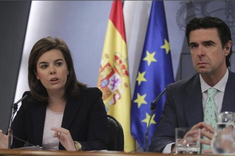 La vicepresidenta, Soraya Sáenz de Santamaría, y el ministro de Industria, José Manuel Soria. | Paco toledo
