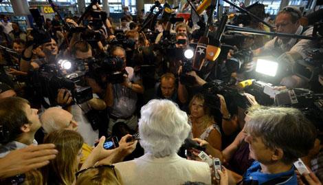 El abogado Genry Reznik da explicaciones a la prensa en el aeropuerto.| Afp