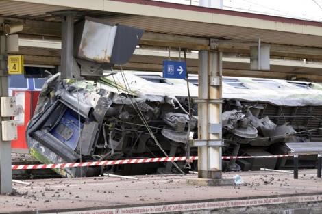 El tren descarrilado en la estación de Bretigny sur Orge, donde ha ocurrido la tragedia. | Afp