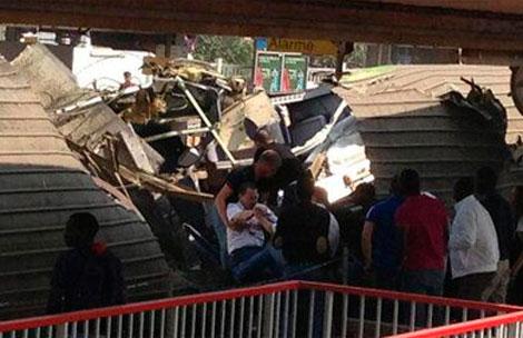 Los servicios de rescate sacan a un hombre del tren descarrilado.| @AichaKurdish