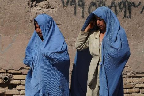 Dos mujeres afganas pasean por el mercado de Herat.| Afp