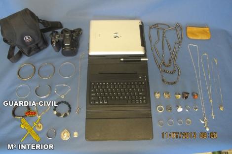 Fotografía facilitada por la Guardia Civil de los objetos recuperados.