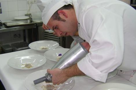 Un alumno de la Escuela de Hostelería Gambrinus preparando su plato.