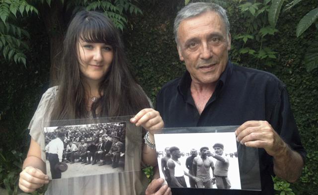 Octavi Centelles muestra las dos fotos que su padre tomó al padre de Hollande. | Efe