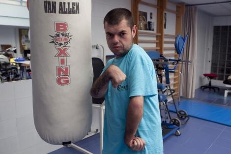 El boxeador, Nacho Ramos, en la sala donde entrena diariamente.   Madero Cubero