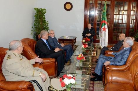 El presidente de Argelia, Buteflika, en sus primeras imágenes desde su ingreso en Francia.| Efe