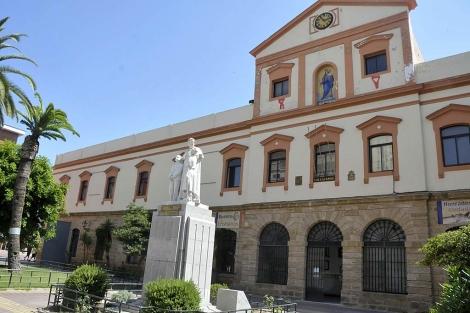 Entrada del colegio salesiano de Cádiz, que dirigía el cura detenido. | C. Zambrano