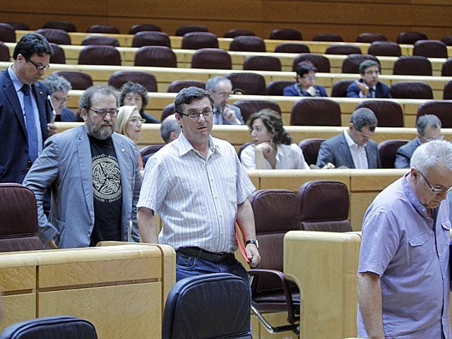 Los diputados de la Izquierda Plural abandonando el Pleno del Congreso. | Carlos Barajas