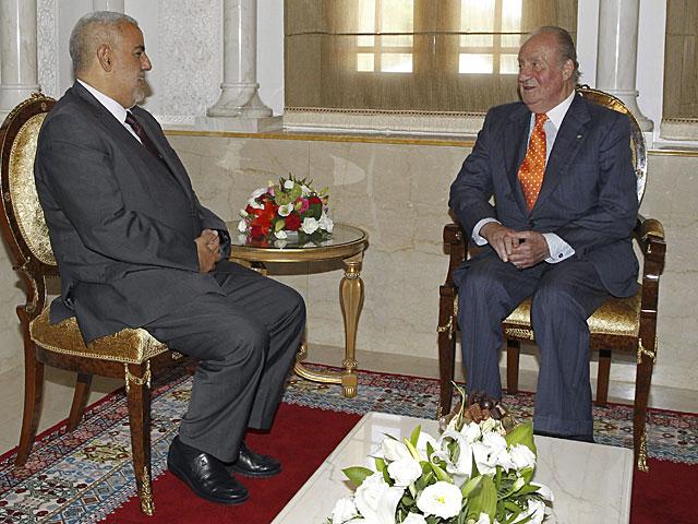 El Rey durante su encuentro con el jefe del Gobierno marroquí, Abdelilah Benkirán.   J.J. Guillén / Efe
