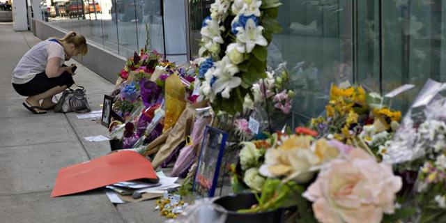 Muestras de cariño en las puertas del hotel en el que murió el joven actor. | Reuters