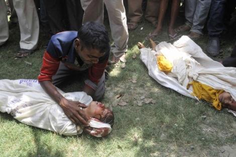 Dos de las víctimas de intoxicación de la India, en el suelo.| Reuters