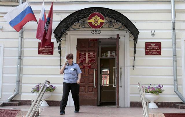 Una agente camiona frente a la oficina de inmigración rusa. | Reuters