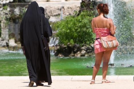 Una mujer con niqab en el parque de la Ciutadella de Barcelona.   Jordi Soteras