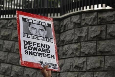 Protestas en apoyo a Snowden en el consulado estadounidense en Hong Kong.   Reuters