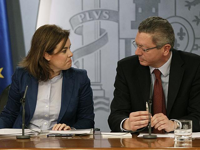 Sáenz de Santamaría y Ruiz Gallardón durante la rueda de prensa posterior a la reunión del Consejo de Ministros.   Paco Campos