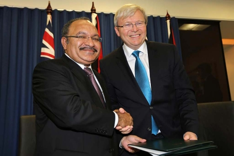 El 'premier' australiano, Kevin Rudd, con su homólogo en Papúa, Peter O´Neill.   Afp