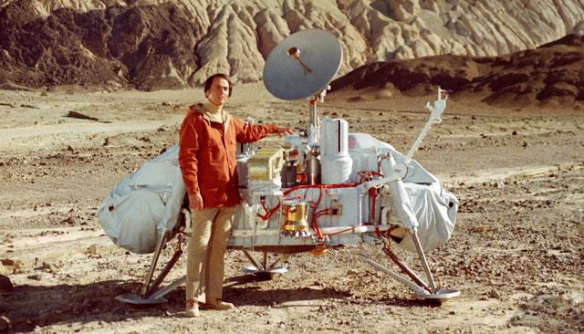 Carl Sagan, junto a un modelo de la nave Viking. | NASA