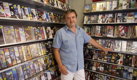 Sergio Pérez, propietario del videoclub 'Versión original'. | Benito Pajares