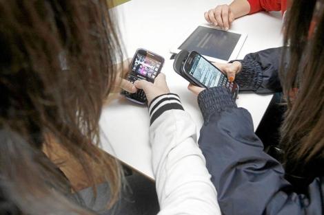 Adolescentes con sus móviles.| E.M
