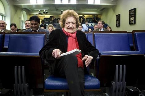 Helen Thomas posa en la sala de prensa de la Casa Blanca en el año 2008. | Reuters