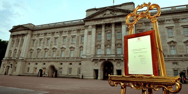 El anuncio del nacimiento del bebé colocado en un caballete ante el palacio de Buckingham. | Afp