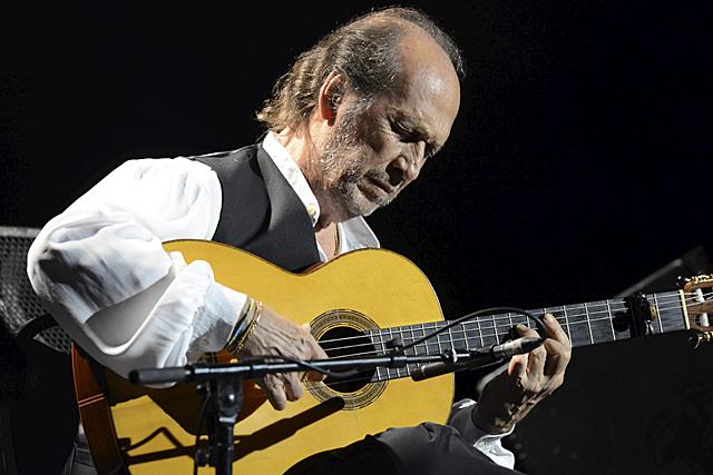 Paco de Lucía durante el concierto en el Festival de Jazz de Vitoria.