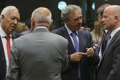 El ministro español de Exteriores Margallo (izda.), con sus colegas europeos, en Bruselas. | Efe