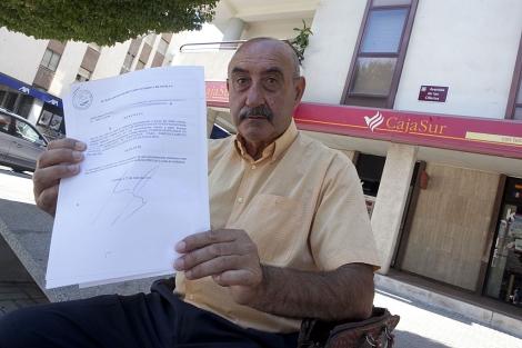 Rafael Blanco muestra su denuncia ante una oficina de Cajasur. | Madero Cubero