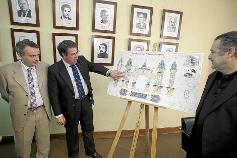 El concejal Gregorio Serrano comenta el diseño con el autor del mismo. | Conchitina