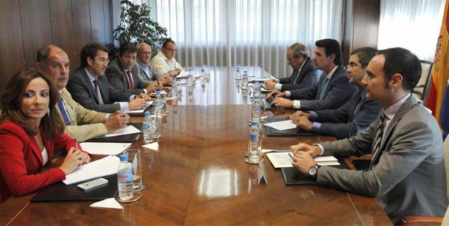 Reunión del ministro para acordar el recurso.   Efe
