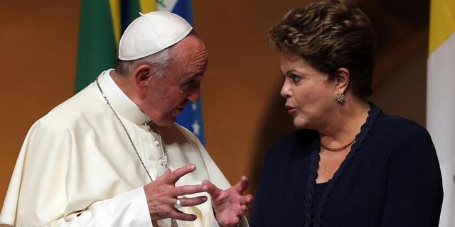 La presidenta Dilma Roussef ha recibido al Papa Francisco en Rio de Janeiro. | Efe