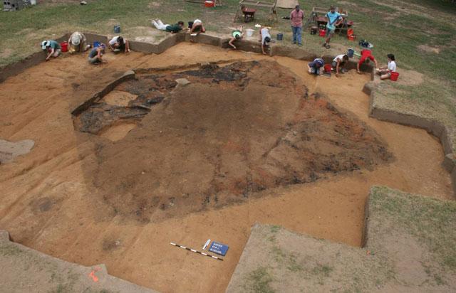 Arqueólogos excavan en el yacimiento donde se han hallado los restos del Fuerte San Juan.   Univ. de Michigan