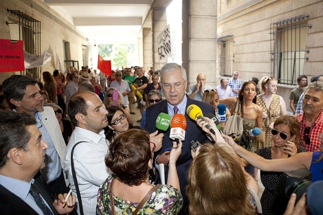 El ex interventor de la Junta Manuel Gómez, antes de acceder al juzgado. | Conchitina