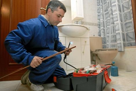Fontanero trabajando en una vivienda | Bernabé Cordón