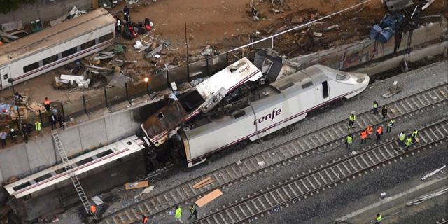 Vista de varios vagones del tren accidentado en Santiago de Compostela. | Reuters