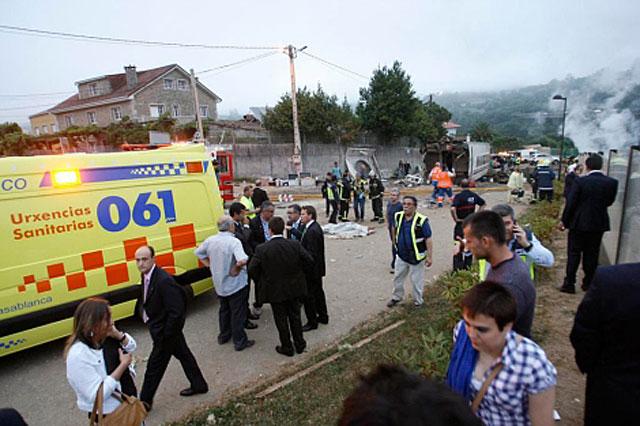 Servicios de emergencias llegan al lugar del siniestro.   Efe
