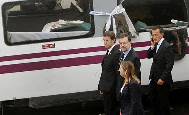 Rajoy con la ministra Ana Pastor y Feijóo visita el lugar del accidente.   S. Sas / Efe