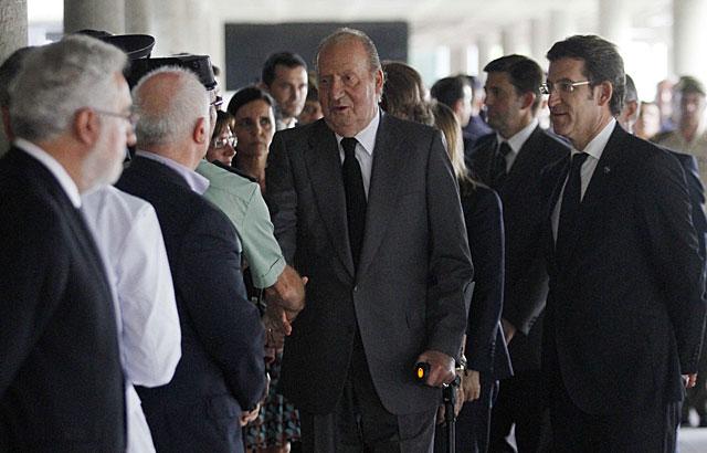Don Juan Carlos, junto al presidente gallego, saluda a las autoridades al llegar. | Rosa González