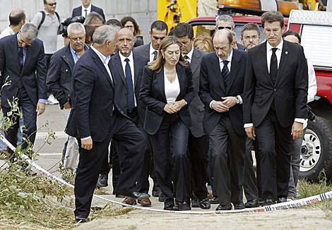 El líder del PSOE, Alfredo Pérez Rubalcaba, visita el lugar del accidente. | Efe