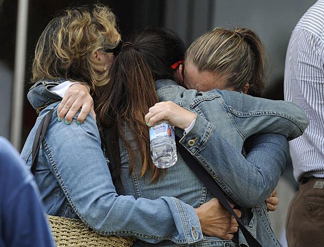 Familiares y amigos de víctimas del accidente del tren en Santiago. | Eloy Alonso / Reuters