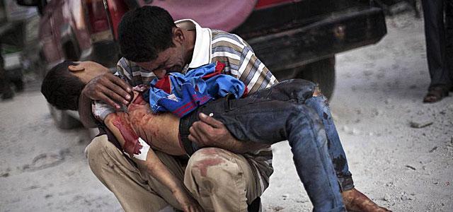 Un hombre sirio llora la muerte de su hijo en Alepo.   Efe