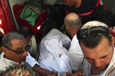 Varios tunecinos transportan el cuerpo del político asesinado, Mohamed Brahmi.| Reuters