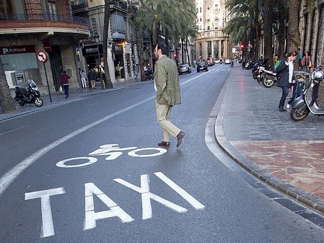 Un peatón cruza una calle de Valencia. | EL MUNDO