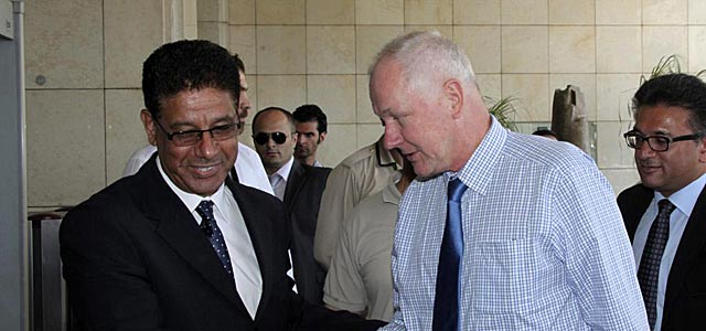 Un representante sirio recibe al inspector de la ONU Ake Sellström en Damasco.   Efe