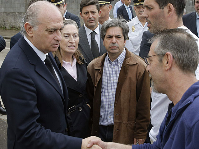 Jorge Fernández Díaz y Ana Pastor visitan el lugar el accidente. | Lavandeira jr / Efe