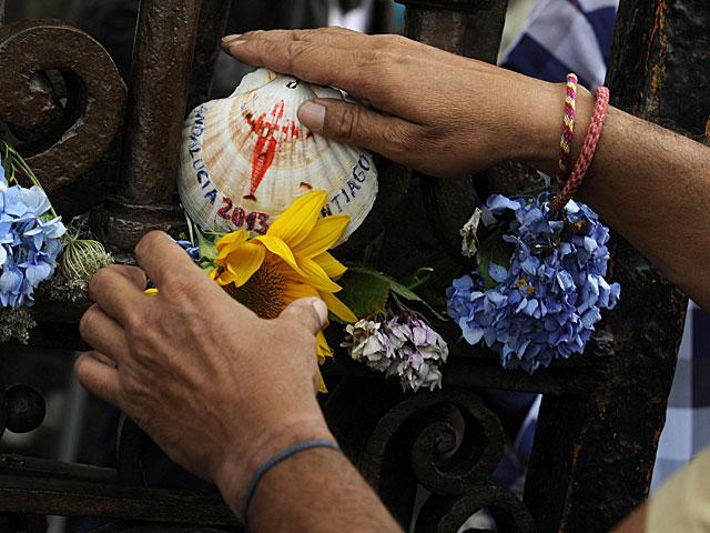 Ofrendas en recuerdo de las víctimas del accidente en Santiago. | Eloy Alonso / Reuters